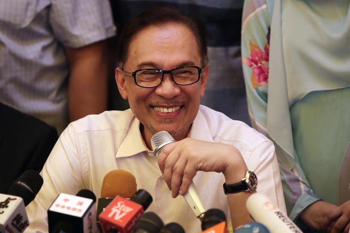 獲得全面特赦的馬來西亞前副總理安華16日返家後舉行記者會。安華表示,他不急著接棒馬哈迪成為總理,願鼎力支持他推動改革。美聯