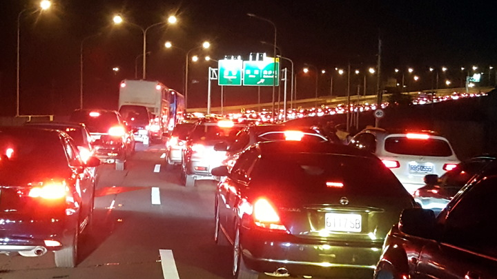 白沙屯媽昨天深夜11點多起駕出發,西濱公路和台一線白沙屯路段塞爆。記者胡蓬生/攝影