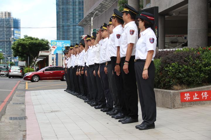 消防同仁列隊敬禮致意。記者曾健祐/攝影