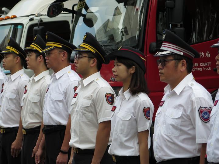消防局三民分隊成員在移靈車隊經過時列隊敬禮、車輛鳴笛。記者張裕珍/攝影