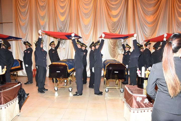 靈柩覆蓋國旗。圖/消防提供