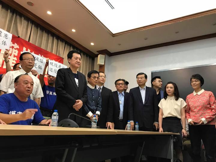 國民黨、親民黨和無黨籍立委,共有38名聲援八百壯士。記者林麒瑋/攝影