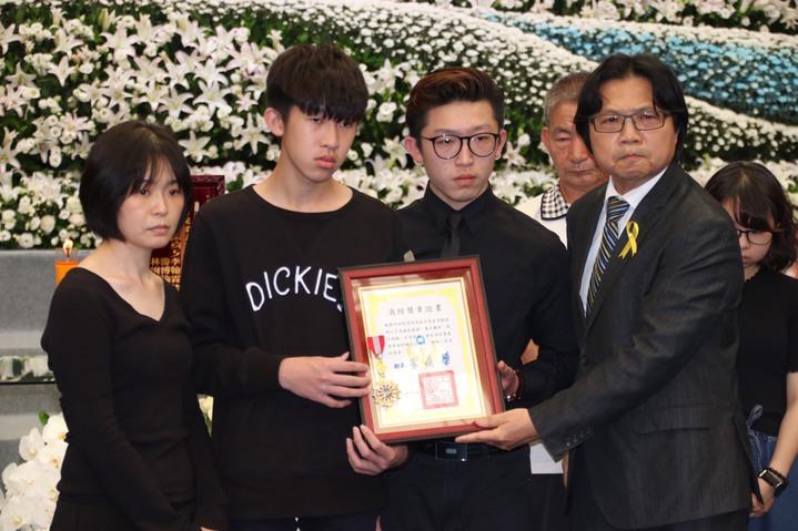 葉俊榮(右)頒發一等專業消防獎章。記者曾健祐/攝影