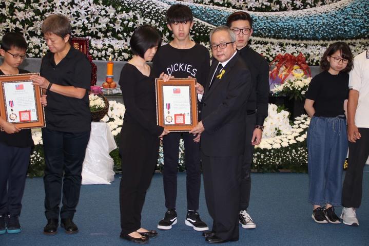 行政院副院長施俊吉(右)頒發三等楷模獎章。記者曾健祐/攝影