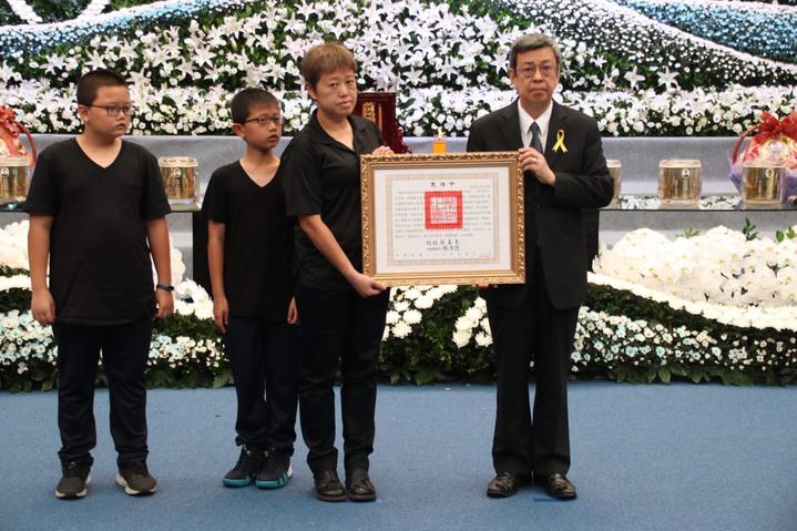 陳建仁(右)頒發總統褒揚令。記者曾健祐/攝影