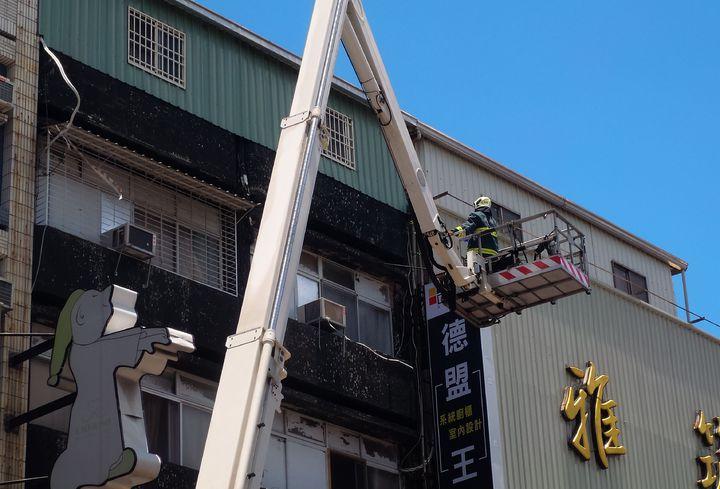高雄市新興區青年一路某家具店今天近午發生火警,引起虛驚。記者林保光/攝影
