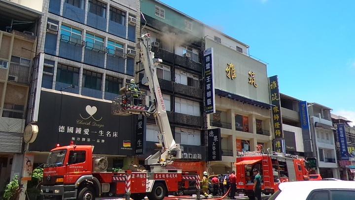 高雄市新興區青年一路某家具店今天近午發生火警,消防隊升起雲梯車準備滅火。記者林保光/攝影