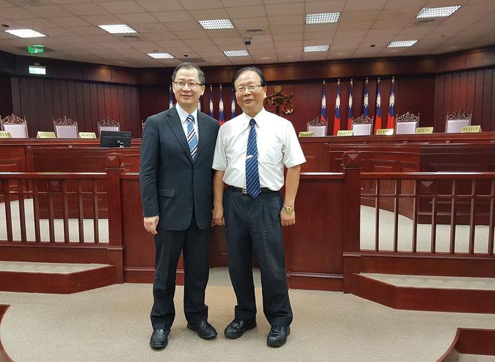 國民黨立法委員吳志揚(左)、林德福一早就到憲法法庭參訪,欲了解憲法訴訟法上路後的釋憲過程。記者王宏舜/攝影