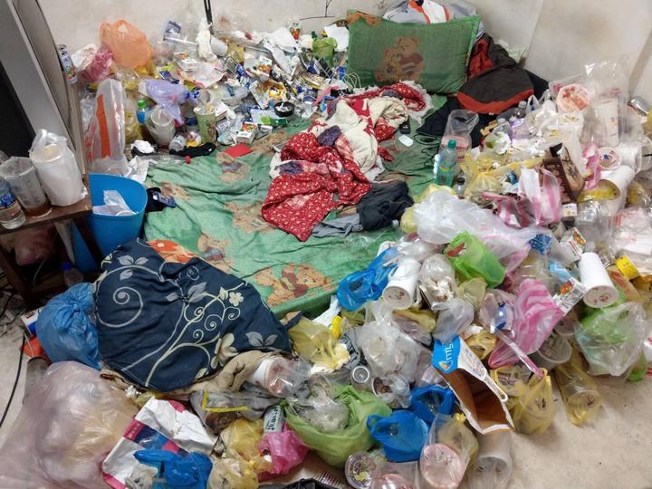 警方前往張姓藥腳住處,發現其出租套房內堆滿衣物、食物及飲料,令人作嘔。記者邵心杰/翻攝