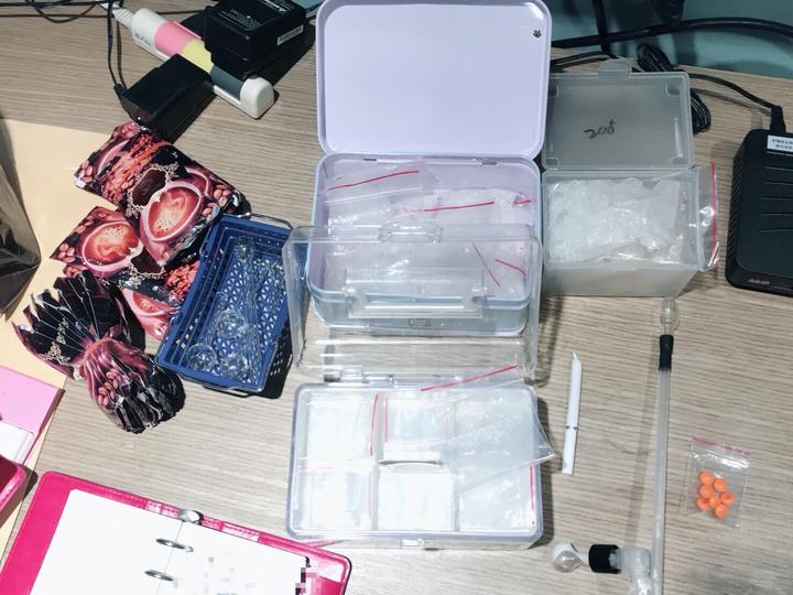 警方當場查獲毒品咖啡包、磅秤及其分裝袋等證物。記者邵心杰/翻攝