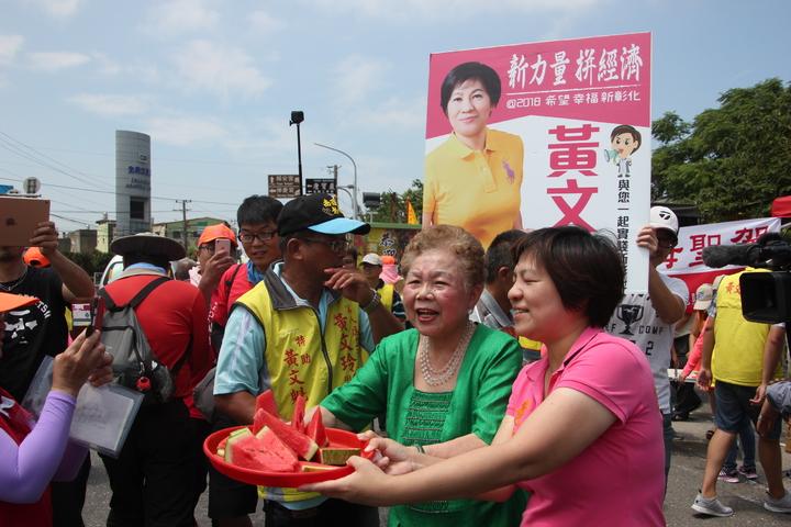 台北市長柯文哲的媽媽何瑞英(中)今天與前立委黃文玲(右)一起迎接白沙屯媽祖聖駕,81歲的柯媽媽還在路邊熱情的招呼大家吃西瓜。記者林宛諭/攝影