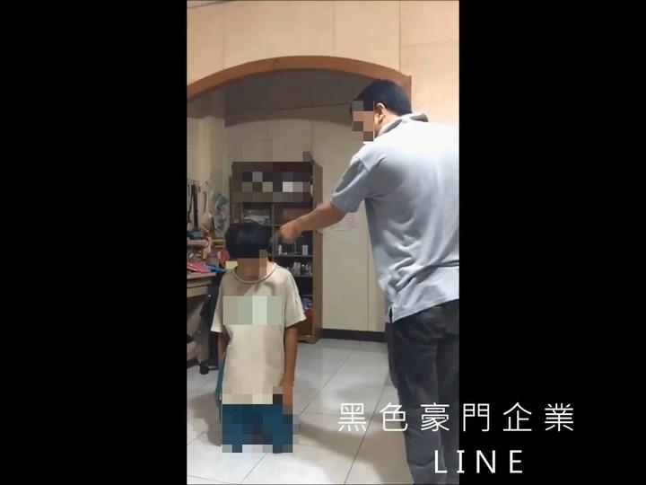 吳姓父親逼兒子罰跪近1小時。圖/翻攝自臉書黑色豪門企業