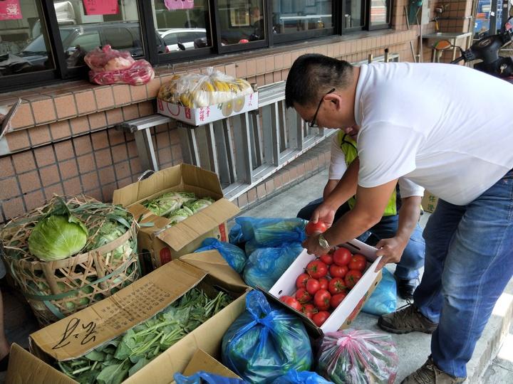 基隆果菜市場管委會送了一整車的蔬果給三民里長許超勝,許里長很開心地說,「謝謝果菜市場的愛心」。記者游明煌/攝影