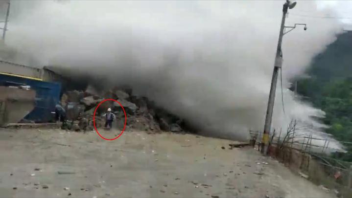 哥倫比亞安提奧基亞省山區連日暴雨引發洪水,1名工人在洪水傾洩前一秒死裡逃生。Ruptly