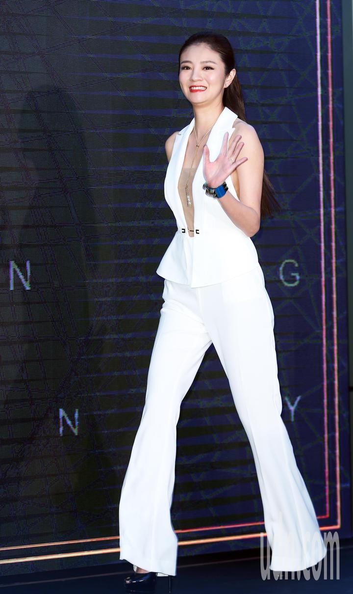 安以軒下午身穿一襲白色褲裝出席車商活動。記者徐兆玄/攝影