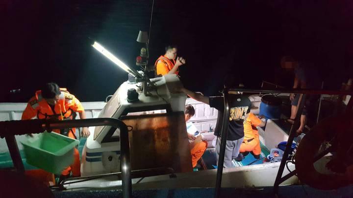 基隆海巡隊昨晚在象鼻岩附近海域,查獲一艘漁船,涉嫌違法潛水捕魚,登檢後發現船上有空氣瓶及潛水所捕漁獲。圖/基隆海巡隊提供