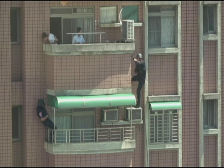 刑事局偵三大隊今天在嘉義西區一處大樓攻堅逮捕2人到案,將帶回偵訊釐清案情。照片刑事局提供