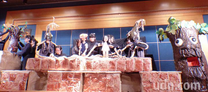 達德商工幼保科以精細的道具、精彩的偶劇表演,奪得「106學年度全國學生創意戲劇比賽」綜合偶戲類組特優。記者凌筠婷/攝影