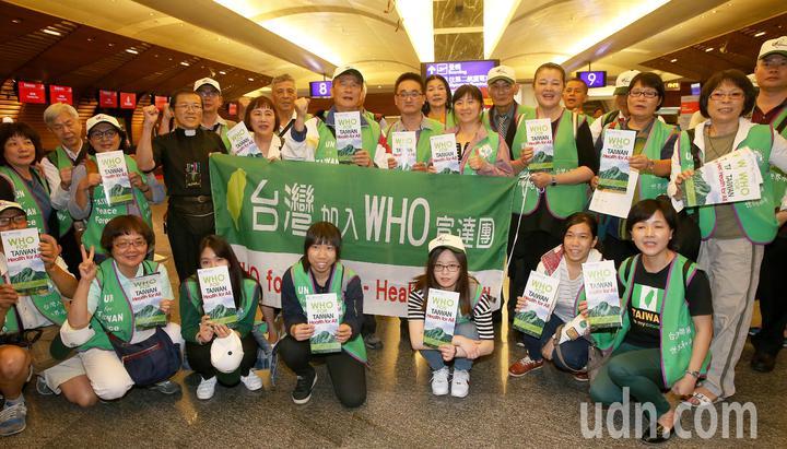 台灣加入WHO宣達團一行35人,由團長台灣聯合國協進會理事長蔡明憲率領,17日深夜搭機前往瑞士日內瓦,登機前高喊口號為台灣發聲。記者陳嘉寧/攝影