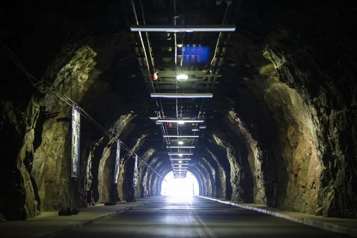 位於美國科羅拉多州的夏延山防核碉堡,已有60年歷史,至今仍在使用中。圖為碉堡內3層樓高、12公尺寬的地道。歐新社