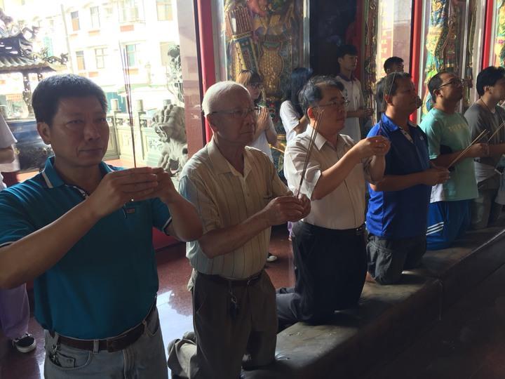 陽明工商校長吳榮堂(左三)帶領師生到慈聖宮拜拜。記者吳政修/攝影