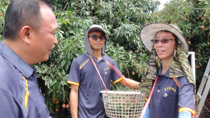 農委會主委林聰賢(左)關心年輕師傅黃雯妃等人薪資問題。記者謝梅芬/攝影