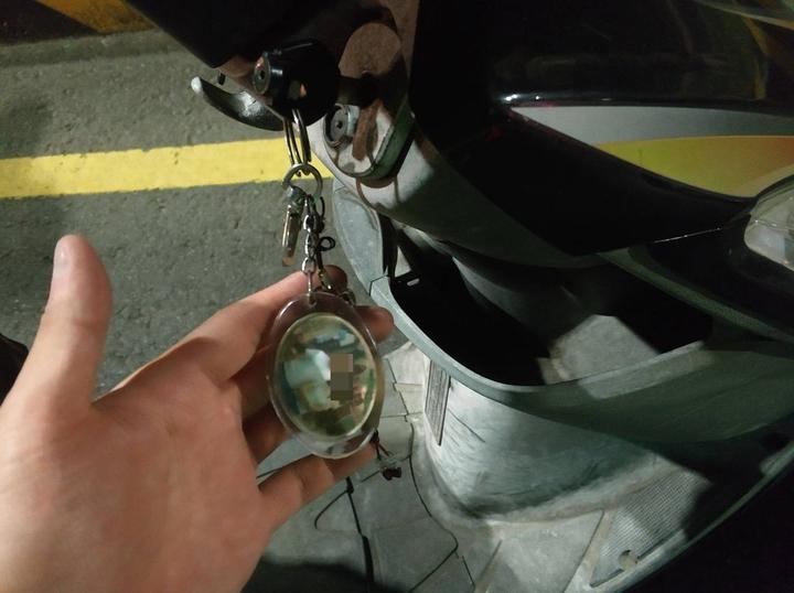 員警檢視機車鑰匙環上掛的照片,研判應是車主之照片,但與陳許兩人不像。圖/警方提供