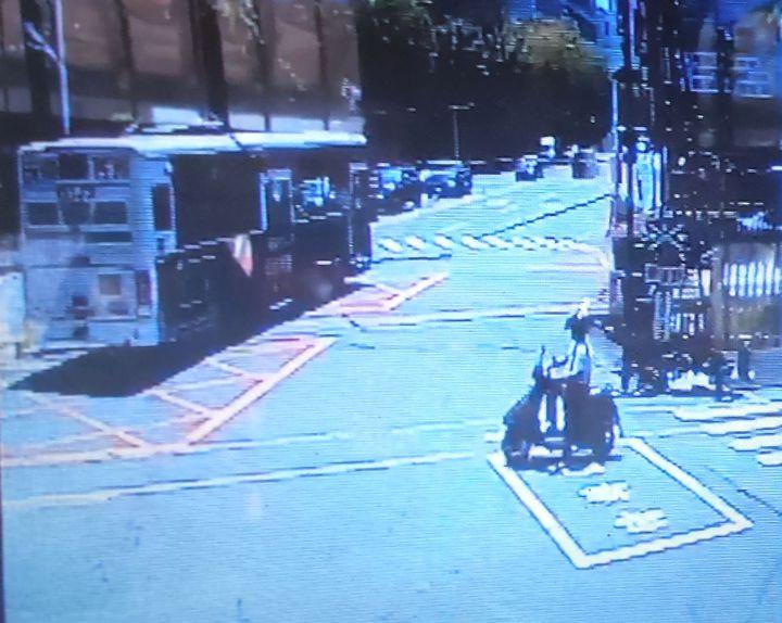 統聯客運行駛的高雄市公車今天上午闖高雄市臨港線建國平交道,扯擐正放下的平交道柵欄。記者林保光/翻攝