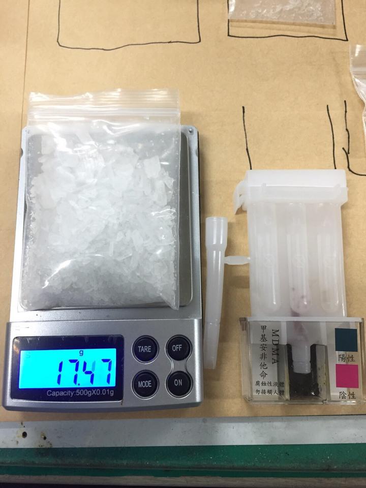 台中市第三警分局在8日逮捕涉嫌利用網路軟體販售毒品的賴姓男子,並查扣安非他命、磅秤等贓證物。記者陳宏睿/翻攝
