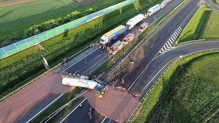 一輛運載12噸巧克力的卡車9日在波蘭高速公路上翻覆,造成雙向4線道交通一度全部中斷。歐新社