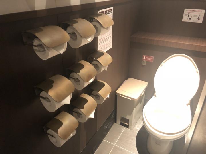 一蘭拉麵為了讓消費者免除沒有衛生紙使用的困境,在廁所內會設置六個衛生紙捲筒,在新光三越A11別館內也有,但僅有一間設有六捲,讓消費者尋寶。記者李至和/攝影