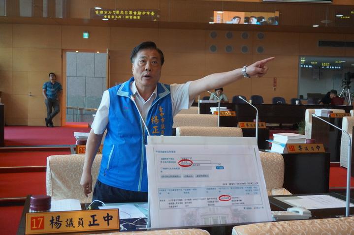「你出去。」台中市民政局長周永鴻將參選議員,國民黨議員楊正中質疑他不懂得利益迴避,要求離開議場。記者洪敬浤/攝影