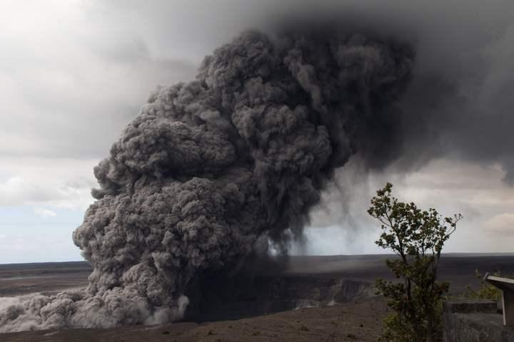 位於夏威夷大島的幾勞亞火山主峰在當地時間17日凌晨4點15分突然爆發,將火山灰送到約9100公尺(3萬英呎)的高空。圖為15日的火山口活動。法新