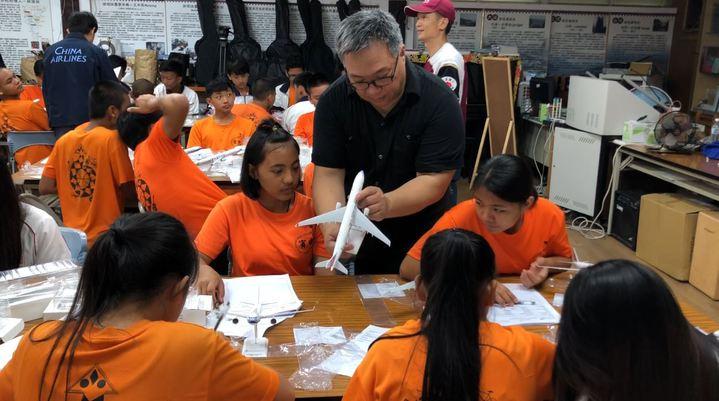 華航團隊帶領台東偏鄉學校學生認識航空工作。希望透過航空界的各種工作與甘苦,讓孩子們有更多選項。記者侯俐安/攝影