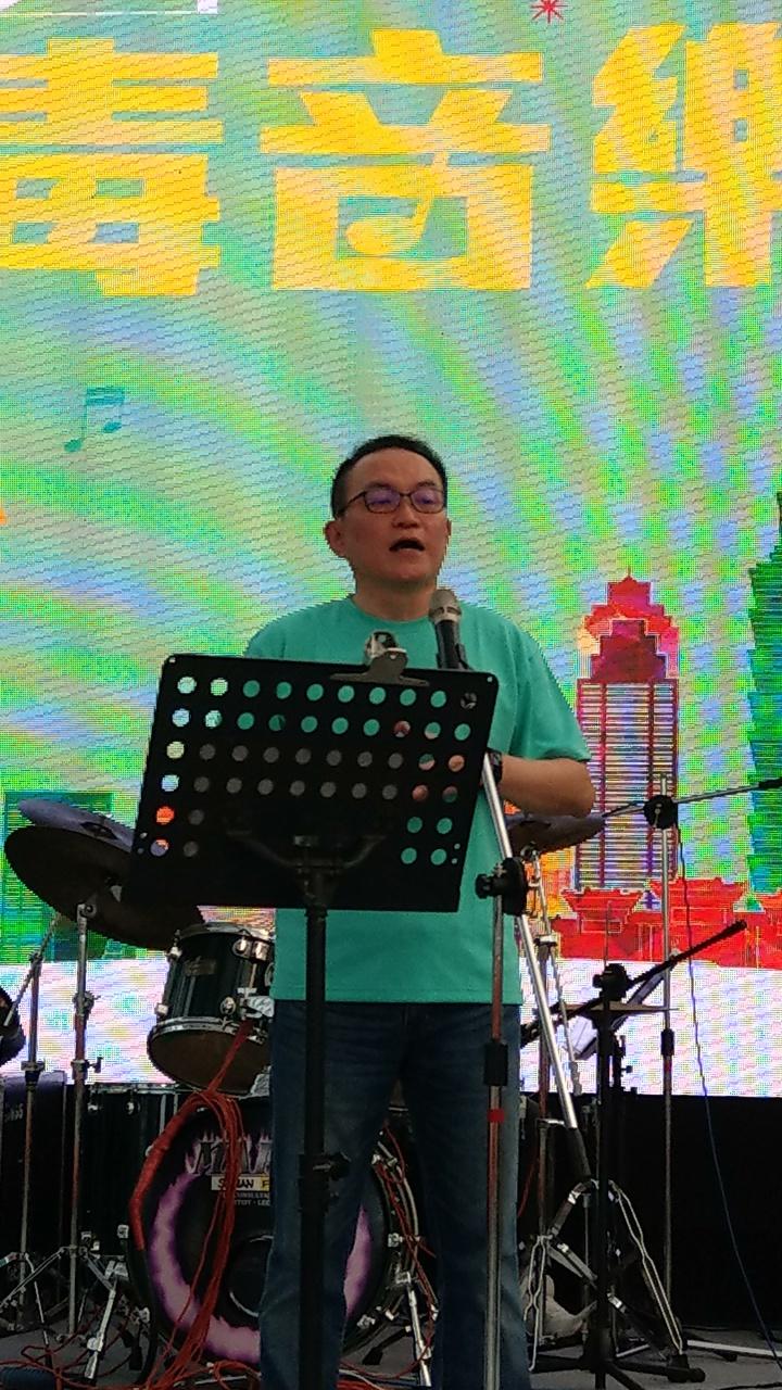 台北市長參選人邱文祥,演唱自己作詞的競選歌曲「祥鷹展翅」。記者楊正海/攝影