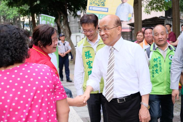 蘇貞昌到場,現場婆婆媽媽馬上上前握手。記者張曼蘋/攝影