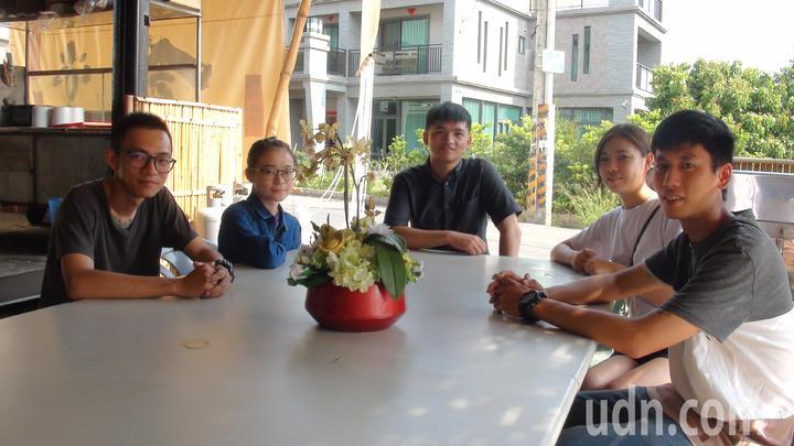 五名大學生發揮巧思,讓楊錦玉的早餐攤,升級為食堂。記者王昭月/攝影