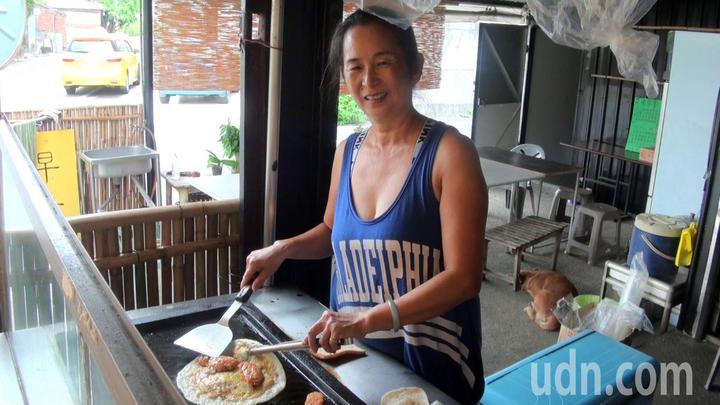 經營早餐攤的楊錦玉,以照顧自己小孩的心情,照顧出外遊子。記者王昭月/攝影