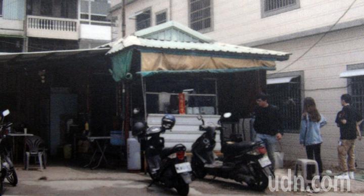 位在高雄燕巢區面前埔早餐店前身原本檳榔攤,十分舊陋。記者王昭月/翻攝