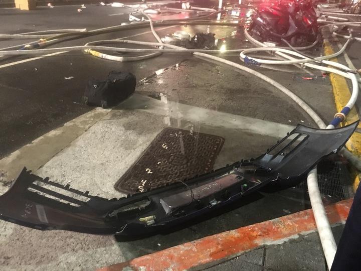 車子撞擊力道太強,殘骸四散。記者李承穎/攝影