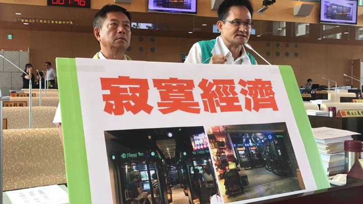 市議員張耀中(右)與鄭功進要求市府跟上商業新模式。記者陳秋雲/攝影