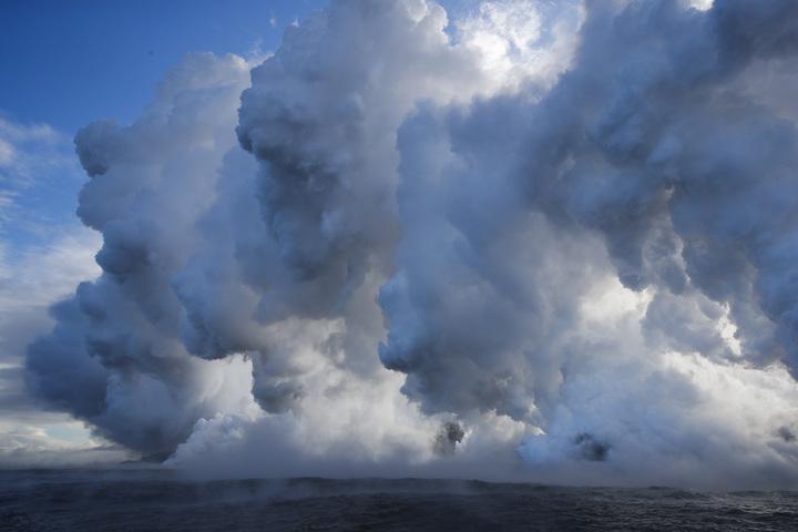 夏威夷大島的幾勞亞火山(Kilauea)噴出的熔岩20日在近帕霍亞(Pahoa)流入太平洋,引發有毒的「熔岩霧靄」現象。美聯