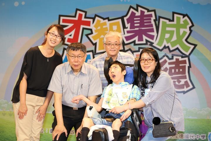 台北市長柯文哲出席中等學校優良學生表揚大會。照片台北市政府提供。