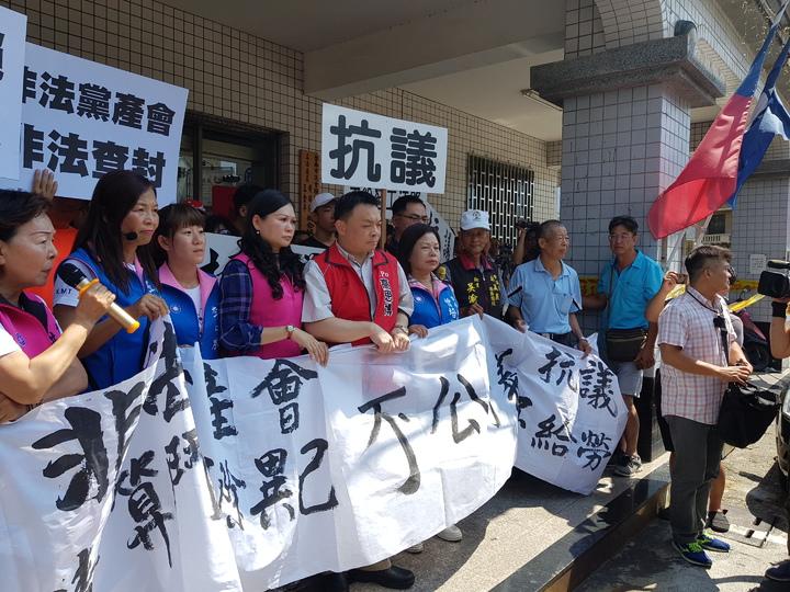 台南地方法院下午前往國民黨台南市黨部張貼查封公告,多名議員拉布條抗議 記者修瑞瑩/攝影