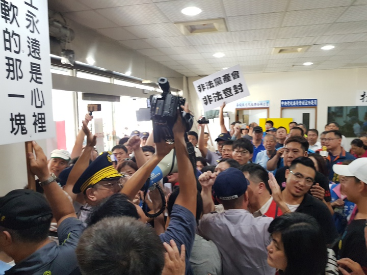 台南地方法院下午前往國民黨台南市黨部張貼查封公告, 現場爆發推擠衝突 記者修瑞瑩/攝影