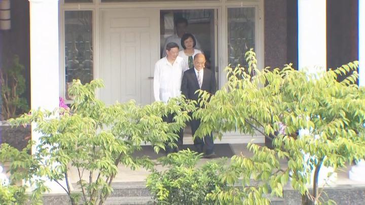 民進黨新北市長參選人蘇貞昌在女兒蘇巧慧陪同下,前往翠山莊拜訪前總統李登輝,會談約2個小時後離開。