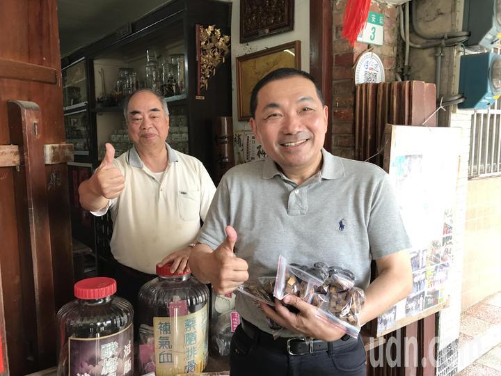 侯友宜掏出一千元,開心的買了10包八仙果和黑橄欖,決定今後改吃中藥護嗓。記者吳淑君/攝影
