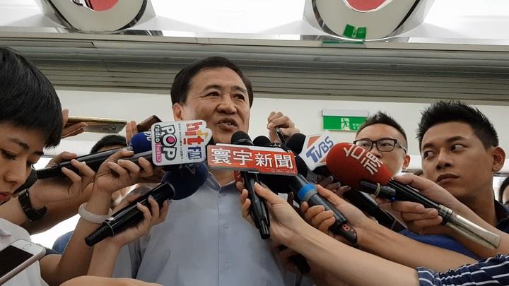 民進黨與台北市長柯文哲分手後,傳出民進黨籍副市長陳景峻在28日即將要離職;陳景峻今受訪表示,這段期間他心力交瘁,若辭了還是會幫柯文哲。記者翁浩然/攝影