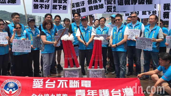 由國民黨全國青工會主辦的「愛台不斷電,青年守護台灣」全台接力路跑的活動,中午跑到基隆市,市長參選人謝立功及多位市議員前來會師。記者吳淑君/攝影