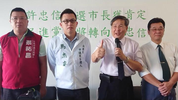 前立委許忠信(右二)今天宣布參選台南市長,同時有3名民進黨員退黨與他共同打拚。記者吳淑玲/攝影
